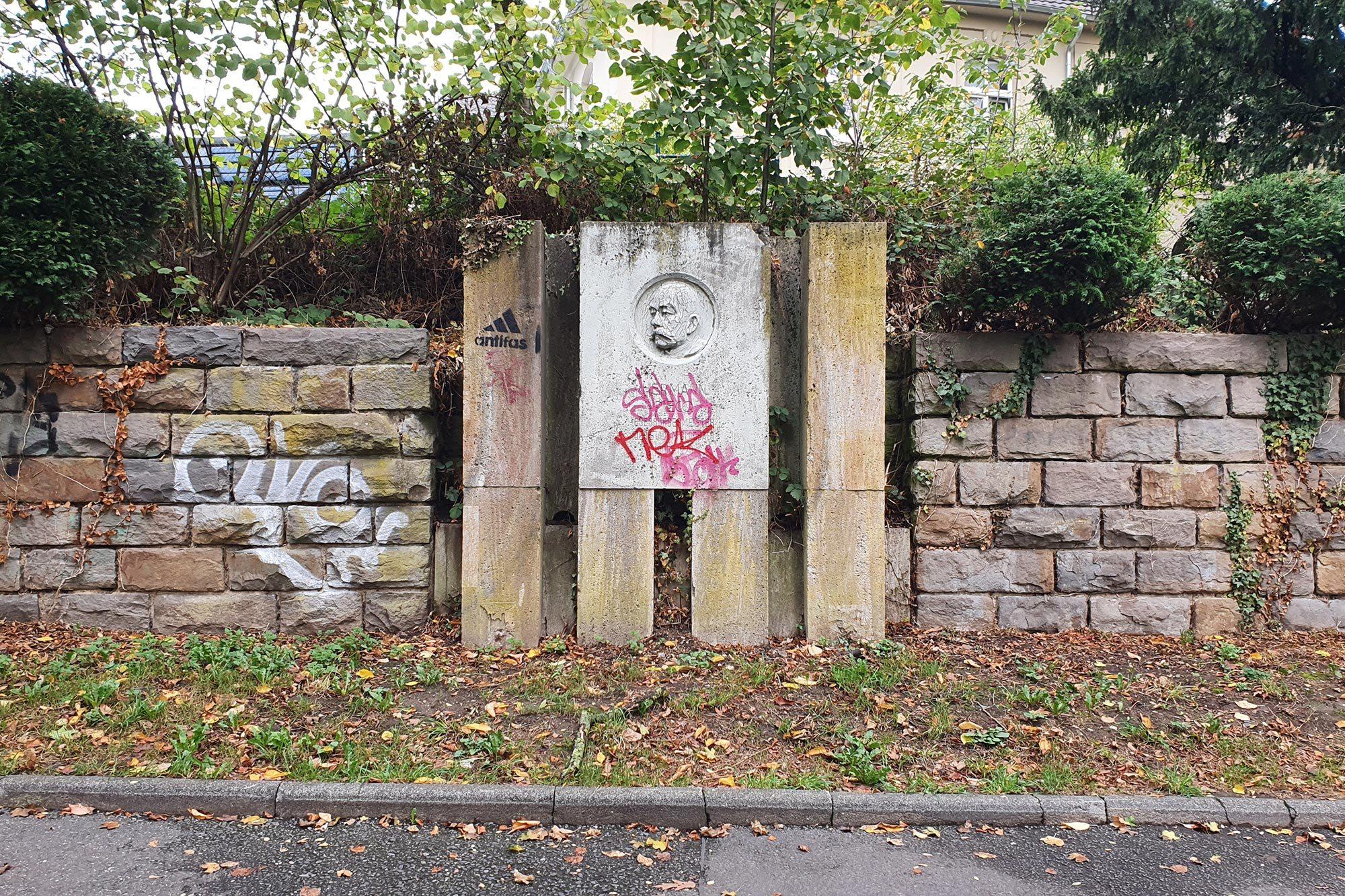 Graffitientfernung an einem Denkmal (vorher)