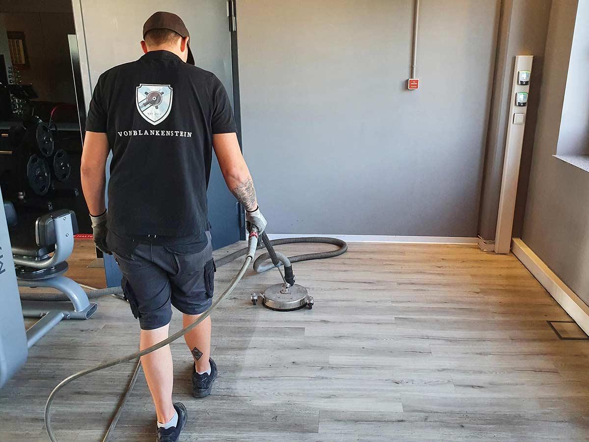 Hygienische Reinigung des Fußbodens in einem Fitnessstudio