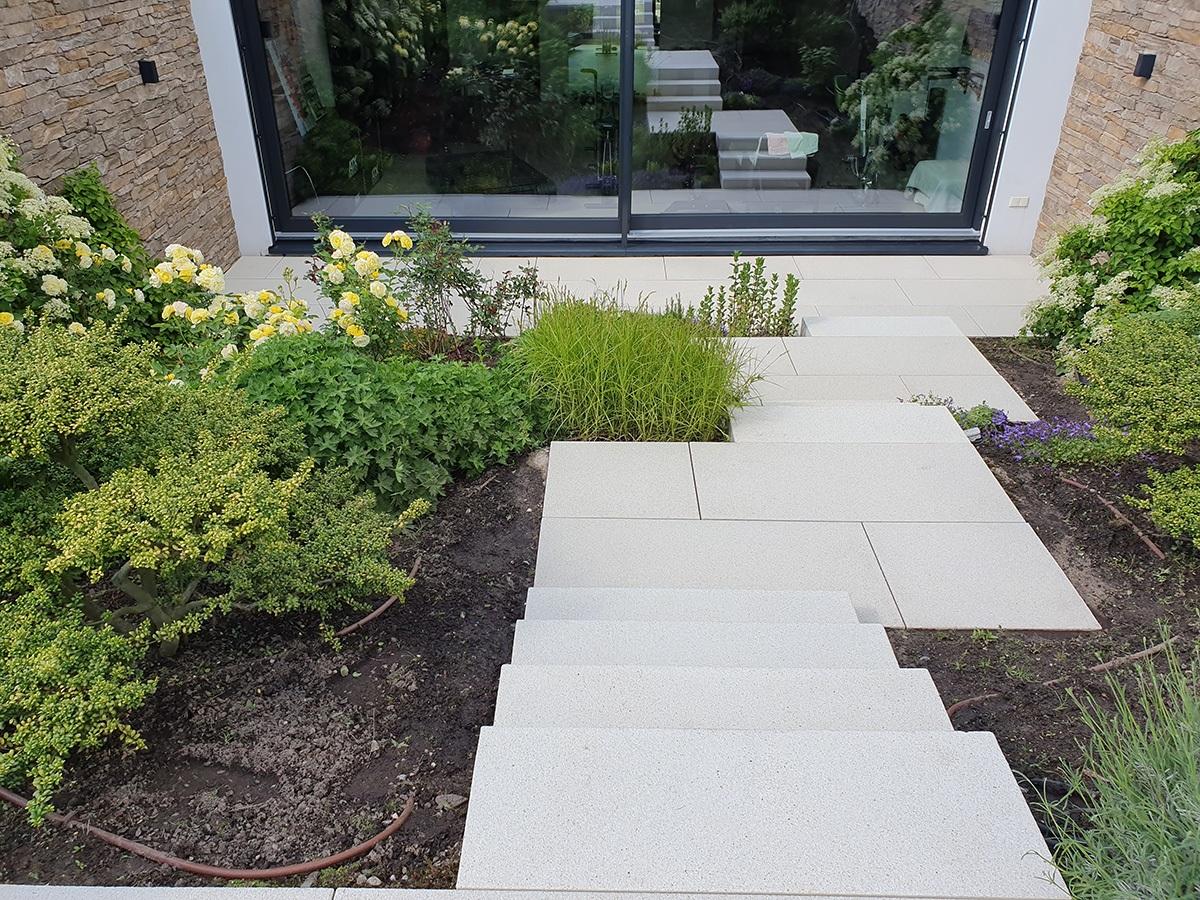 Steinreinigung von Wegen im Garten