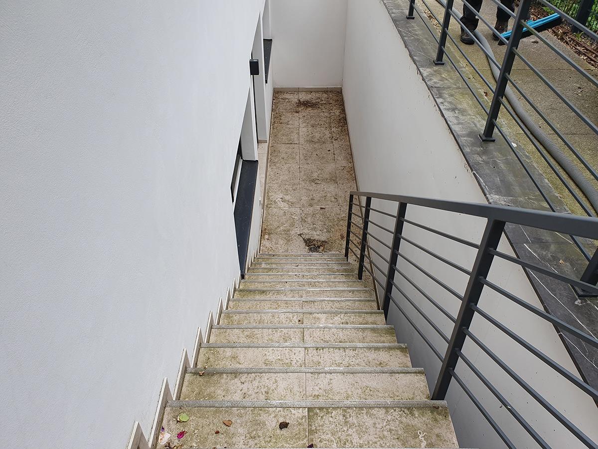 Treppe vor der Steinreinigung